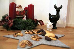 weihnachtsbaeckerei-vanillekipferl-mit-schokolade-elas-universe